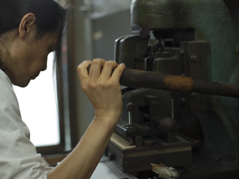 田中さんの仕事場はいつ行っても忙しそうです。それは、丁寧な手作業を小ロットでも受けているからだとか。