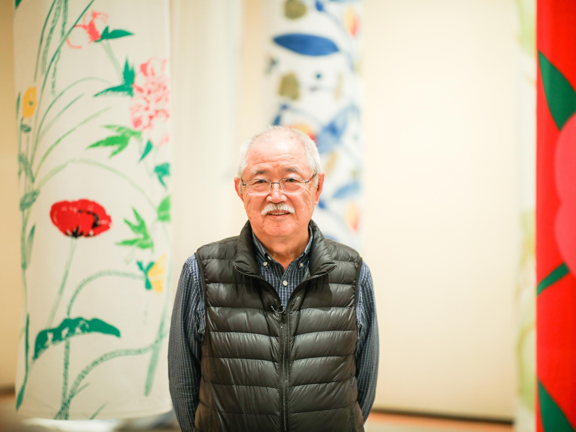 石本藤雄(Fujiwo Ishimoto)<br /> 1941年愛媛県砥部町出身、フィンランド・ヘルシンキ在住。1970年にフィンランドに移り、1974年から同国を代表するライフスタイルブランド「マリメッコ」で32年に渡りテキスタイルデザイナーを務める。現在はフィンランドの老舗陶器メーカー「アラビア」のアート部門の一員として陶芸制作に取り組む。カイ・フランク賞、フィンランド獅子勲章プロ・フィンランディア・メダル、日本では旭日小綬章など多数。