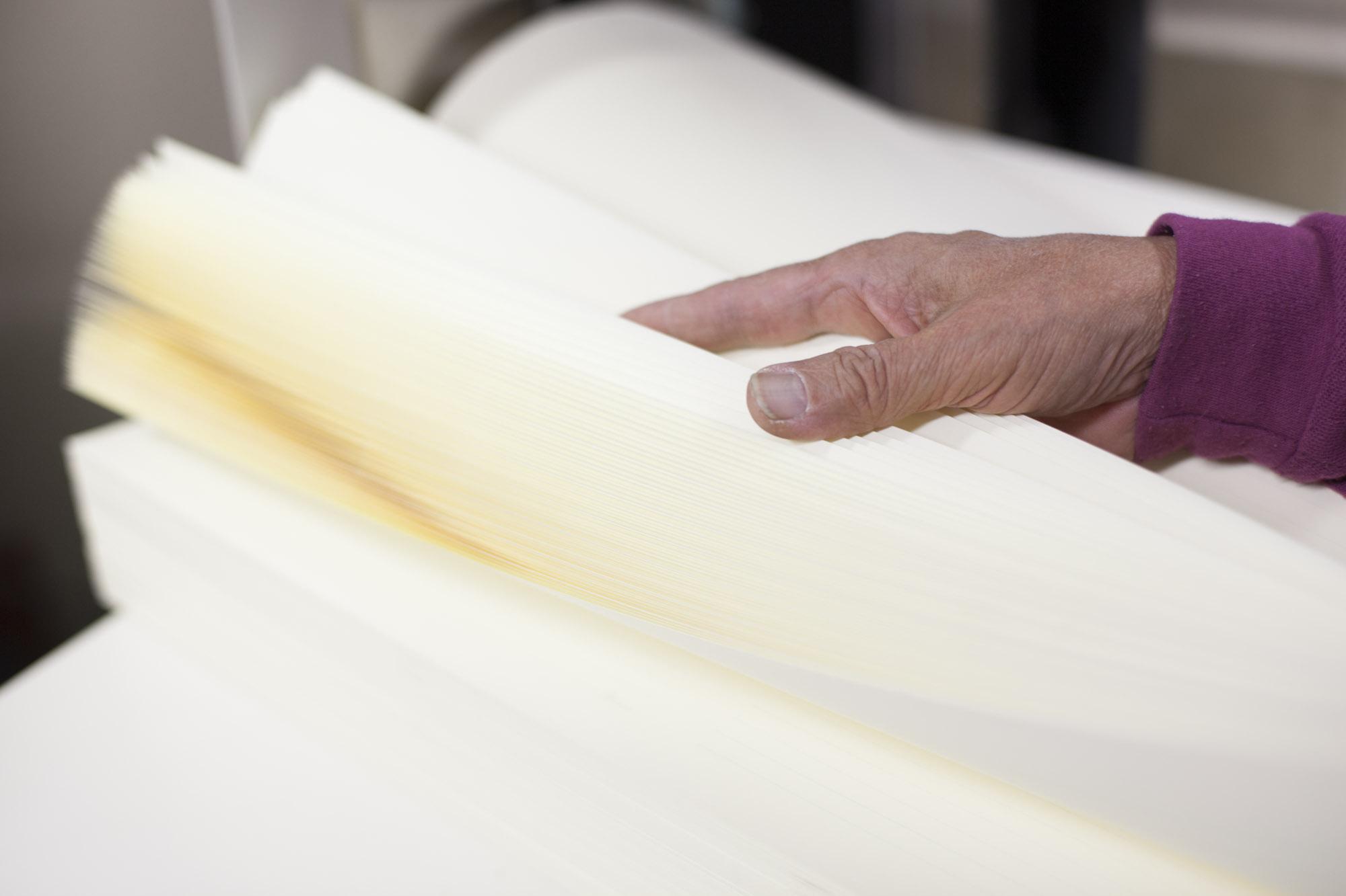 わずか一瞬の出来事なので、紙をさばいているように見えますが、実は10枚ずつ間に指を入れて数えています。<br />満足にできるようになるまで10年はかかるとか。