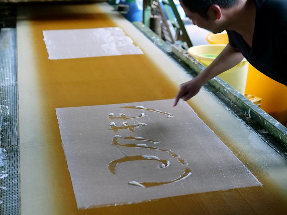 美術用の小間紙を手漉きで作っている工房。